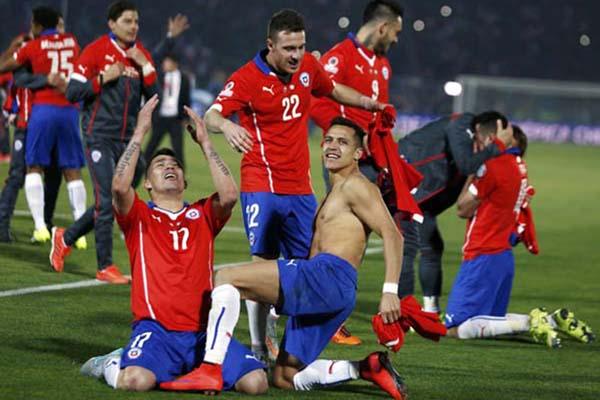 Para pemain Chile merayakan gelar juara Copa America 2015 setelah menundukkan Argentina di final dengan skor 4-1 lewat adu penalti - Reuters/Marcos Brindicci