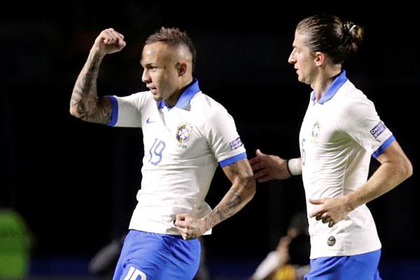 Pemain Brasil Everton (kiri) merayakan golnya ke gawang Bolivia, disambut Filipe Luis. - Reuters/Henry Romero