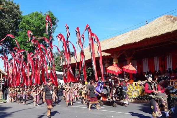 Peserta pawai budaya sedang melintasi panggung kehormatan Pesta Kesenian Bali Ke-41, Sabtu (15/6/2019)./JIBI/Bisnis-Bisnis - Ema Sukarelawanto
