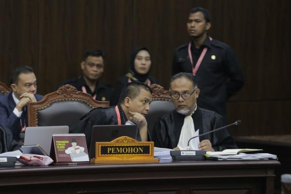 Kuasa hukum Calon Presiden dan Wakil Presiden nomor urut 02 selaku pemohon Bambang Widjojanto (kanan) dan Denny Indrayana berbincang di sela-sela pembacaan gugatan sidang perdana Perselisihan Hasil Pemilihan Umum (PHPU) sengketa Pilpres 2019 di Mahkamah Konstitusi, Jakarta, Jumat (14/6). Agenda persidangan kali ini adalah pembacaan materi gugatan dari pemohon./JIBI - Bisnis/Felix Jody Kinarwan