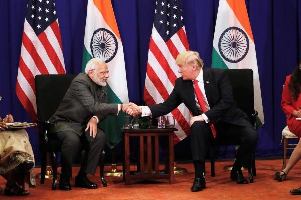 Perdana Menteri (PM) India Narendra Modi (kiri) berjabat tangan dengan Presiden AS Donald Trump dalam pertemuan bilateral di sela-sela KTT Asean di Manila, Filipina, Senin (13/11/2017). - Reuters/Jonathan Ernst