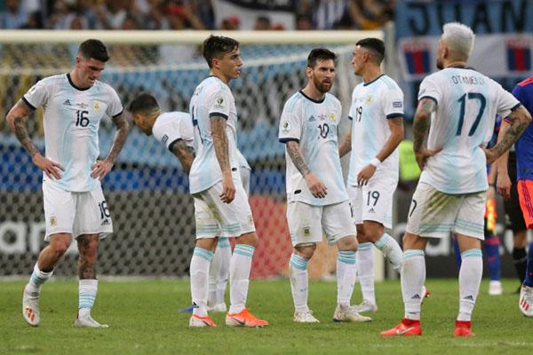 Reaksi para pemain Argentina termasuk Lionel Messi (tengah) setelah dikalahkan Kolombia 0 - 2. - Reuters/Edgard Garrido