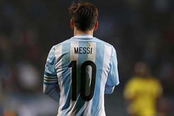 Lionel Messi dalam balutan jersey Timnas Argentina - Reuters/Marcos Brindicci