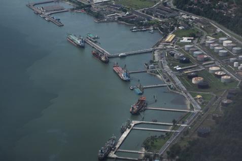 Tampak foto udara aktivitas pelabuhan di seputaran kilang di Balikpapan. - Ist