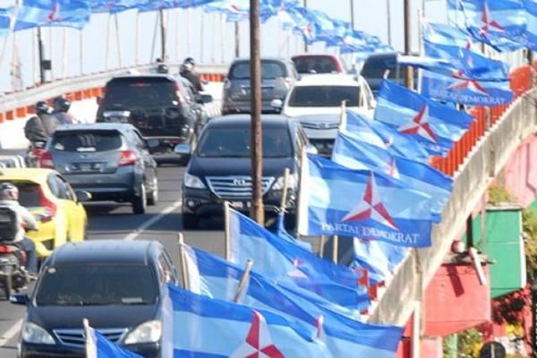 Bendera Partai Demokrat di jalan raya. - Antara