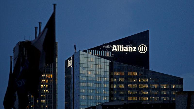 Logo Allianz di salah satu gedung di pusat bisnis di Paris, Prancis. - Reuters/Jacky Naegelen