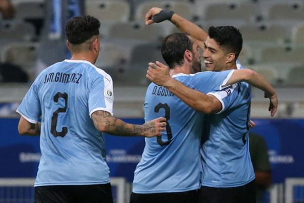 Penyerang Uruguay Luis Suarez (kanan) merayakan golnya ke gawang Ekuador bersama dua bek, kapten tim Diego Godin (tengah) dan Jose Maria Gimenez. - Reuters/Edgard Garrido