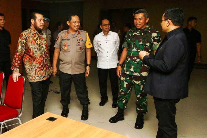 Ketua Mahkamah Konstitusi Anwar Usman (kiri) didampingi Kapolda Metro Jaya Irjen Pol Gatot Eddy Pramono (kedua kiri), Pangdam Jaya Mayjen TNI Eko Margiyono (kedua kanan), dan Sekjen MK Guntur Hamzah (kanan) memantau pengamanan di Gedung Mahkamah Konstitusi, Jakarta, Selasa (11/6/2019). - ANTARA/Rivan Awal Lingga