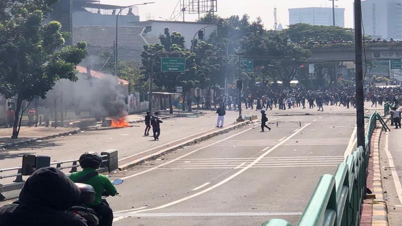 Polisi mengamankan demo di kawasan Jati Baru Tanah Abang, Jakarta Pusat, Rabu (22/5 - 2019). Bisnis/Sholahuddin Al Ayyubi