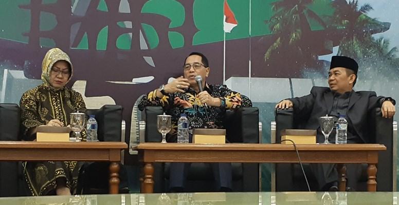 Keterangan Foto: Diskusi Empat Pilar Kebangsaan bertajuk Konsolidasi parpol di parlemen pasca-Pemilu 2019 menghadirkan pembicara Peneliti dari LIPI Siti Zuhro (kiri), Anggota Komisi II dari Fraksi Golkar DPR Firman Subagyo (tengah), dan Ketua Fraksi PKS, Jazuli Juwaini (kanan). - Bisnis/John Andhi Oktaveri