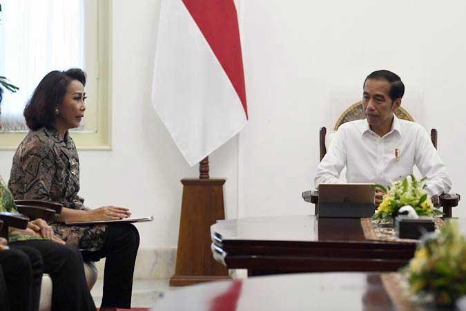 Presiden Joko Widodo (kanan) menerima Ketua Panitia Seleksi calon pimpinan Komisi Pemberantasan Korupsi (KPK) periode 2019-2023 Yenti Ganarsih (kiri) bersama anggota di Istana Merdeka, Jakarta, Senin (17/6/19). - Antara/Puspa Perwitasari