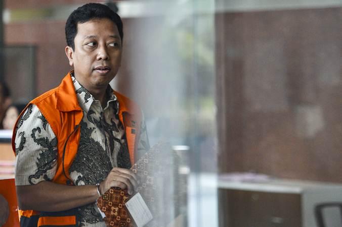 Tersangka kasus dugaan suap seleksi pengisian jabatan di Kementerian Agama Romahurmuziy berjalan memasuki gedung KPK untuk menjalani pemeriksaan di Jakarta, Jumat (14/6/2019). - Antara/Nova Wahyudi