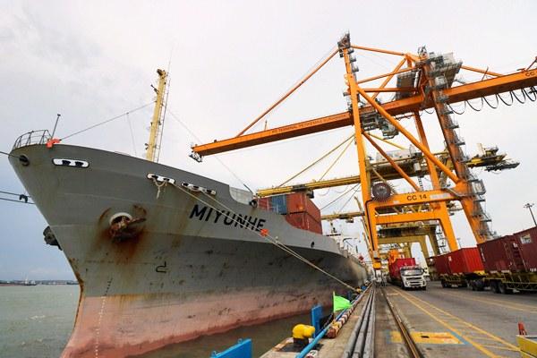 Aktivitas bongkar muat kontainer menggunakan Container Crane baru nomor 14 di dermaga internasional PT Terminal Petikemas Surabaya, Jawa Timur, Kamis (6/4). - Antara/Didik Suhartono