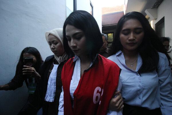 Terdakwa kasus dugaan penyebaran konten asusila Vanessa Angel (kedua kanan) berjalan meninggalkan ruangan usai menjalani sidang tuntutan di Pengadilan Negeri (PN) Surabaya, Jawa Timur, Senin (17/6/2019). Jaksa Penuntut Umum (JPU) menuntut Vanessa Angel dengan hukuman 6 bulan penjara. - Antara/Moch Asim