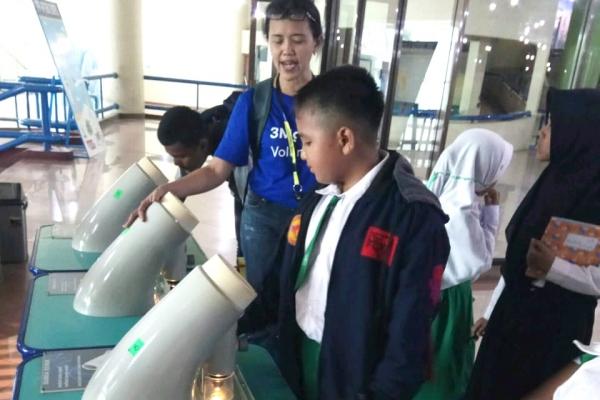 Seorang siswa melihat proses pengolahan kertas di PT 3M Indonesia. - Sumber: 3M Indonesia