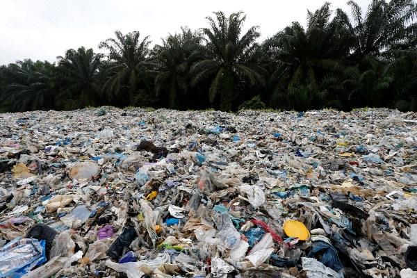 Sampah plastik ditumpuk di luar pabrik daur ulang ilegal di Jenjarom, Kuala Langat, Malaysia, Minggu (14/10/2018). - Reuters/Lai Seng Sin