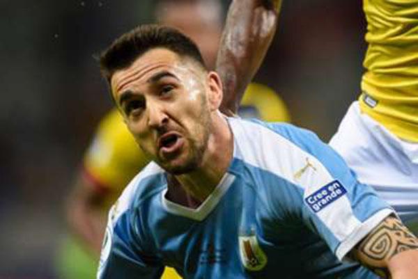 Gelandang Uruguay Matias Vecino ketika cedera dalam pertandingan melawan Ekuador. - Scoresway