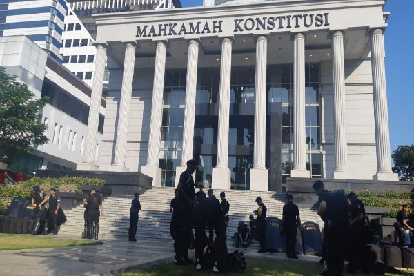 Petugas kepolisian bersiap mengamankan sidang kedua di Mahkamah Konstitusi. Agenda kali ini mendengar jawaban dari termohon - Jaffry Prabu