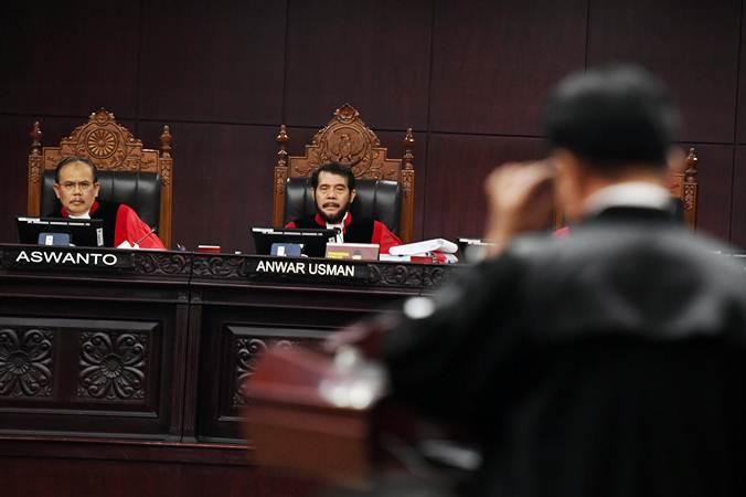 Ketua Mahkamah Konstitusi Anwar Usman (kedua kiri) menyimak keterangan yang disampaikan Ketua tim kuasa hukum pasangan calon presiden dan calon wakil presiden nomor urut 01 Yusril Ihza Mahendra selaku pihak terkait pada sidang lanjutan Perselisihan Hasil Pemilihan Umum (PHPU) Pilpres 2019 di gedung Mahkamah Konstitusi, Jakarta, Selasa (18/6/2019). - ANTARA/Hafidz Mubarak A