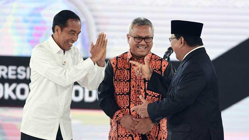 Capres nomor urut 01 Joko Widodo (kiri) dan capres nomor urut 02 Prabowo Subianto (kanan) bersama Ketua KPU Arief Budiman sebelum mengikuti debat capres putaran keempat di Hotel Shangri La, Jakarta, Sabtu (30/3/2019). - ANTARA/Hafidz Mubarak A