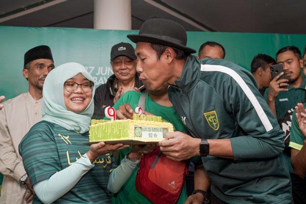 Hansamu Yama Pranata (kanan) meniup lilin kue ulang tahun Persebaya Surabaya ke-92 yang merupakan pemberian dari Bonek Panti dalam acara perayaan di Wisma Persebaya pada Senin (17/6/2019) malam. - Persebaya.id