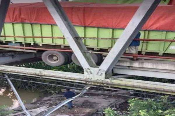 Jembatan di Mesuji yang ambrol - Antara