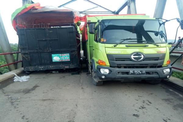 Dua Unit Truk Besar terjebak di tengah Jembatan Way Mesudi KM 174 Lintas Timur Palembang--Lampung yang ambrol. - Bisnis/Istimewa