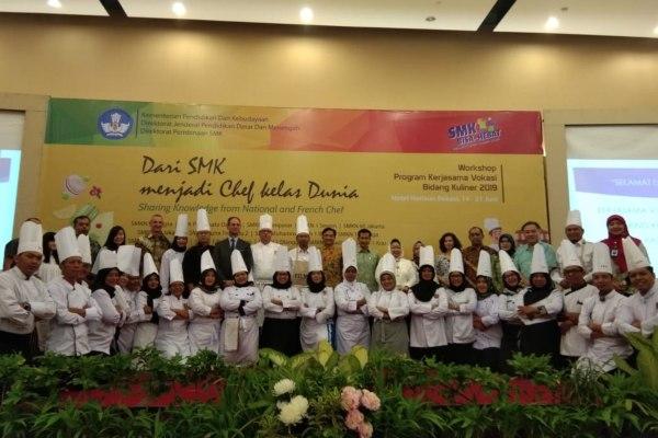 Para siswa dan guru SMK peserta pelatihan pastry dan bakery berfoto bersama dengan perwakilan Kementerian Pendidikan dan Kebudayaan (Kemendikbud), direksi Metland, Kedutaan Besar Prancis di Indonesia, serta para pihak lainnya di Hotel Horison Bekasi. - Istimewa