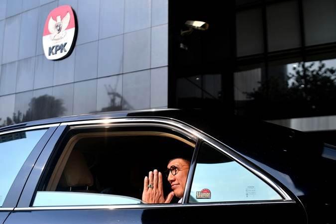 Menteri Agama Lukman Hakim Saifuddin saat berada di mobilnya seusai menjalani pemeriksaan di kantor KPK, Jakarta, Kamis (23/5/2019). - ANTARA/Sigid Kurniawan