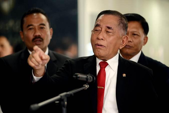 Menteri Pertahanan Ryamizard Ryacudu (tengah) menjawab pertanyaan dari wartawan di Kementerian Pertahanan, Jakarta, Rabu (12/6/2019). - ANTARA/M Risyal Hidayat