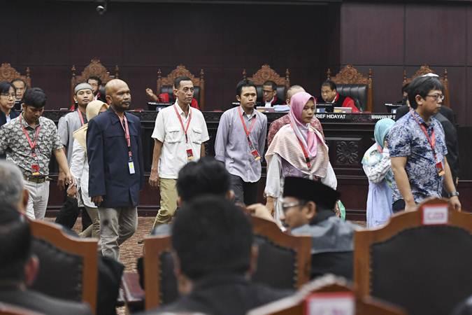 Sejumlah saksi dari pihak pemohon kembali ke ruangang saksi setelah diambil sumpahnya saat sidang Perselisihan Hasil Pemilihan Umum (PHPU) presiden dan wakil presiden di Gedung Mahkamah Konstitusi, Jakarta, Rabu (19/6/2019). - ANTARA/Hafidz Mubarak A