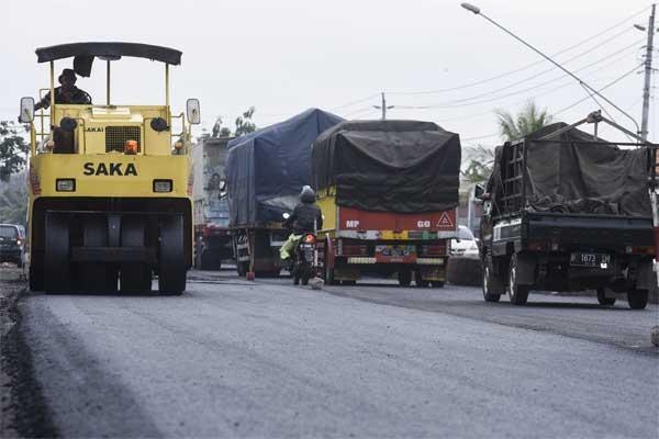 Petugas mengoperasikan alat berat saat pengaspalan di Jalur Pantura kawasan Gemuh, Kendal, Jawa Tengah, beberapa waktu lalu. - Antara/Hafidz Mubarak A