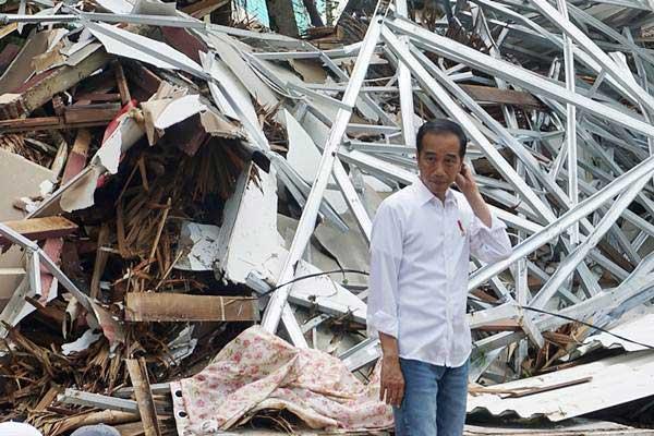 Presiden Joko Widodo mengamati bangunan Hotel Mutiara Carita yang rusak akibat tsunami di Kabupaten Pandeglang, Banten, Senin (24/12/2018). - Antara/Bayu Prasetyo