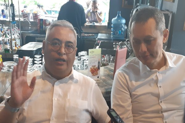Presiden Direktur PT Asuransi Tugu Pratama Indonesia Tbk. Indra Baruna (kiri) memberikan keterangan kepada awak media di Jakarta, Rabu (19/6/2019). - Bisnis/Oktaviano D.B. Hana