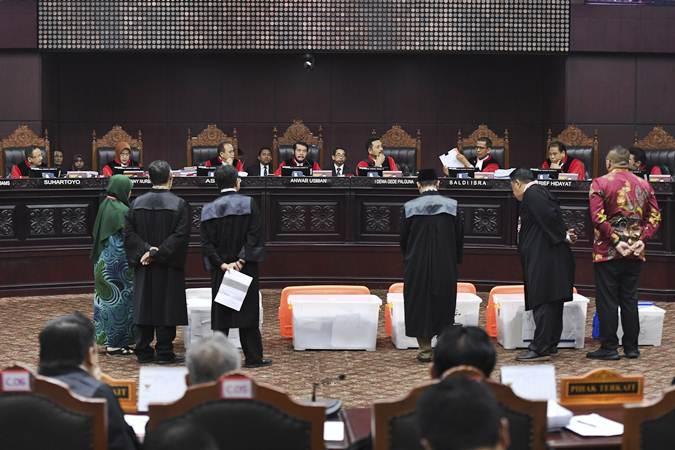 Hakim Mahkamah Konstitusi menunjukan sebagian bukti pihak pemohon yang belum bisa diverifikasi saat sidang Perselisihan Hasil Pemilihan Umum (PHPU) presiden dan wakil presiden di Gedung Mahkamah Konstitusi, Jakarta, Rabu (19/6/2019). - ANTARA/Hafidz Mubarak A