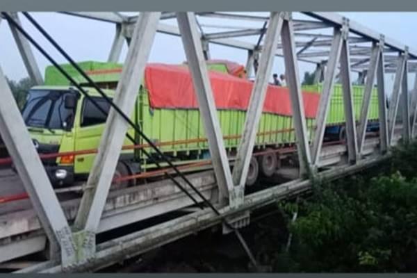 Dua truk OJOL yang sempat terjebak di jembatan Way Mesuji A yang ambrol