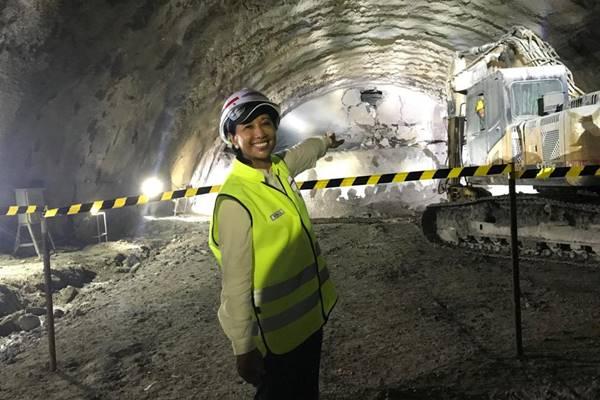 Menteri BUMN Rini M. Soemarno saat meninjau Terowongan Walini Kereta Cepat Jakarta Bandung, Selasa (14/5/2019). - Arif Budisusilo