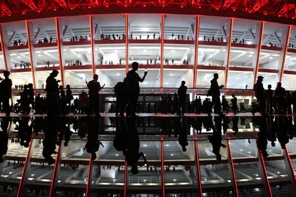 Pengunjung beraktivitas di salah satu sudut Stadion Utama Gelora Bung Karno di Senayan, Jakarta, seusai menyaksikan laga Timnas Indonesia vs Islandia di Jakarta, Minggu (14/1). Stadion yang telah diresmikan Presiden Joko Widodo ini diterangi lampu berkekuatan 3.500 lux. - JIBI/Dedi Gunawan