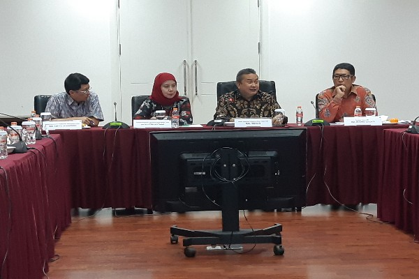 Kepala Eksekutif Pengawas Pasar Modal OJK, Hoesen (kedua dari kanan), memberikan keterangan dalam acara sosialisasi pasar modal kepada wartawan Bandung, Kamis (20/6/2019). Bisnis.com -  Emanuel B. Caesario