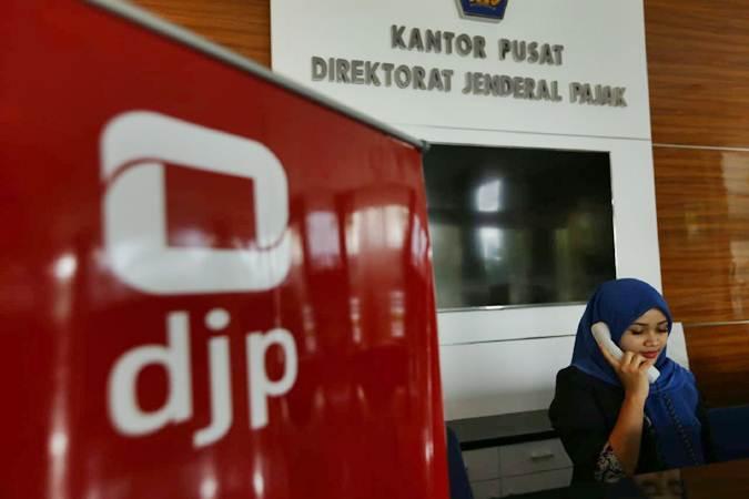 Karyawan berkomunikasi di kantor pusat Direktorat Jenderal Pajak di Jakarta - Bisnis/Nurul Hidayat