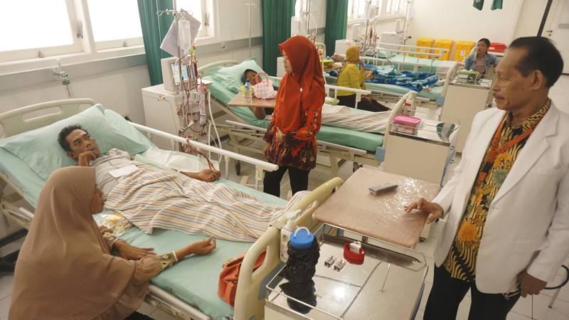 Petugas kesehatan melayani pasien pada fasilitas hemodialisis di RSI Orpeha, Tulungagung, Jawa Timur, Jumat (24/5/2019). Jasa layanan kesehatan untuk pasien JKN-KIS (Jaminan Kesehatan Nasional Kartu Indonesia Sehat) di RSI Orpeha kembali diaktifkan terhitung 1 Mei 2019 setelah sebelumnya sempat diputus BPJS Kesehatan karena alasan akreditasi rumah sakit habis masa berlakunya. - ANTARA FOTO/Destyan Sujarwoko
