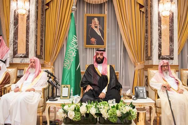 Mohammed bin Salman duduk dalam upacara pengucapan janji setia sebagai Putra Mahkota Kerajaan Arab Saudi di Mekkah, Rabu (21/6/2017). - Reuters