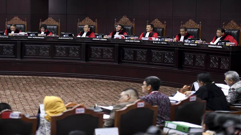 Ketua Mahkamah Konstitusi (MK) Anwar Usman (tengah) memimpin sidang perdana Perselisihan Hasil Pemilihan Umum (PHPU) sengketa Pilpres 2019 di Mahkamah Konstitusi, Jakarta, Jumat (14/6/2019). - Antara