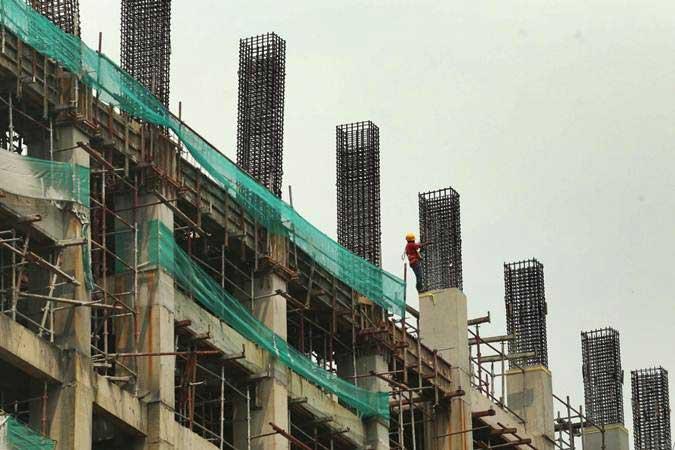 Pekerja menyelesaikan pembangunan apartemen district 1 Meikarta di Cikarang, Kabupaten Bekasi, Jawa Barat, Jumat (12/4/2019). - Bisnis/Nurul Hidayat