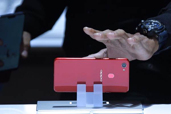 Model memperlihatkan ponsel pintar Oppo F7 saat peluncurannya di Jakarta, Selasa (17/4/2018). - JIBI/Dwi Prasetya