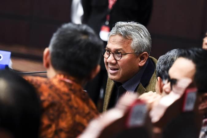 Ketua KPU Arief Budiman (tengah) mengikuti sidang lanjutan Perselisihan Hasil Pemilihan Umum (PHPU) presiden dan wakil presiden di gedung Mahkamah Konstitusi, Jakarta, Kamis (20/6/2019). - ANTARA/Galih Pradipta