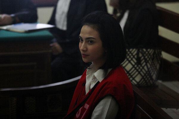 Terdakwa kasus dugaan penyebaran konten asusila Vanessa Angel menjalani sidang lanjutan di Pengadilan Negeri (PN) Surabaya, Jawa Timur, Kamis (20/6/2019). Agenda sidang tersebut mendengarkan pledoi atau nota pembelaan Vanessa Angel atas tuntutan hukuman enam bulan penjara dari Jaksa Penuntut Umum (JPU). - Antara/Moch Asim