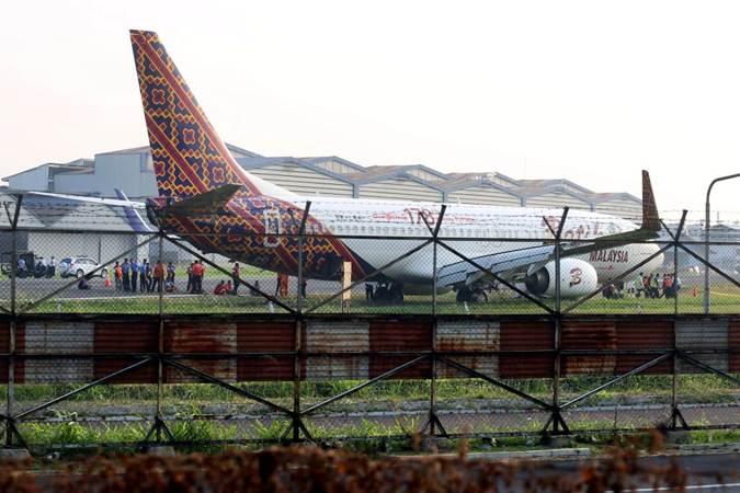 Petugas melakukan proses evakuasi pesawat maskapai Malindo Air (Batik Malaysia) yang gagal lepas landas di Bandara Internasional Husein Sastranegara, Bandung, Jawa Barat, Kamis (20/6/2019). Pesawat tujuan Bandung-Kualalumpur tersebut keluar dari landasan pacu pada saat berbelok sebelum lepas landas. - Bisnis/Rachman