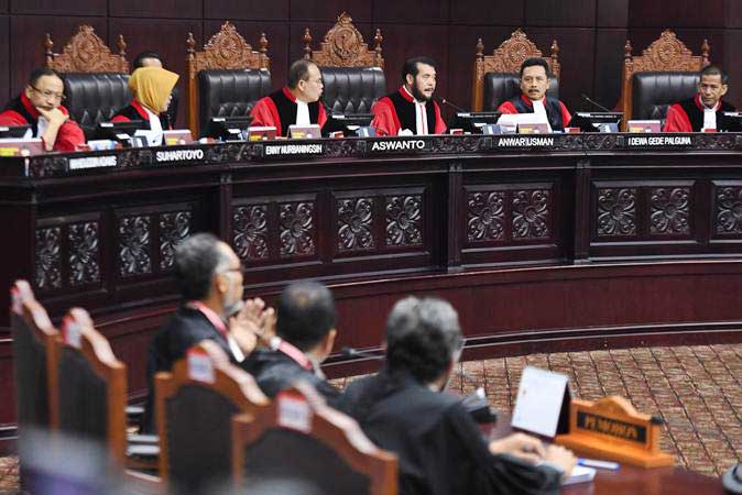Ketua Mahkamah Konstitusi Anwar Usman (ketiga kanan) bersama hakim konstitusi lainnya memimpin sidang lanjutan Perselisihan Hasil Pemilihan Umum (PHPU) Pilpres 2019 di Gedung Mahkamah Konstitusi, Jakarta, Selasa (18/6/2019). - ANTARA/Hafidz Mubarak A