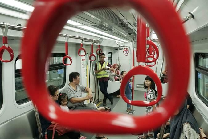 Ilustrasi: Warga menikmati uji coba publik kereta Lintas Rel Terpadu (LRT) di kawasan Kelapa Gading, Jakarta, Selasa (11/6/2019). - Bisnis/Himawan L. Nugraha